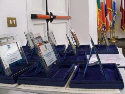 """<p align=""""center""""><strong>Motivazioni Premio Argil 2012</strong></p><p align=""""center"""">La Giuria, presieduta da Gino Falleri e composta dai giornalisti Giorgio Bartolomucci, Romano Bartoloni, Alessandro Butticé, Carlo Felice Corsetti, Fabio Morabito, Tommaso Polidoro, Roberto Rossi, assegna il Premio Giornalistico Internazionale """"Argil: uomo europeo"""" edizione 2012</p><p align=""""justify"""">1. sezione """"Comunicare l'Europa – Franz Hermann Bruener"""" al Vice Presidente del Parlamento Europeo Onorevole Gianni Pittella con la seguente MOTIVAZIONE:<br />Comunicare l'Unione Europea è stata una costante che ha accompagnato l'attività politica di Gianni Pittella, quale parlamentare europeo. Smentendo alcuni luoghi comuni sulla scarsa partecipazione dei parlamentari italiani ai lavori dell'Europarlamento, l'On. Pittella, caratterizzato da grande attivismo e non poche qualità umane e di equilibrio, si è dimostrato, nei fatti, un vero professionista dell'informazione e della comunicazione, nell'avvicinare i cittadini all'Unione Europea e ai suoi più nobili ideali fondatori. Nel 2004, partecipando attivamente alla tavola rotonda sulla comunicazione anti-frode dell'OAFCN (la Rete dei Comunicatori Anti-Frode dell'OLAF), diede, nella sua qualità di membro della Commissione Controllo Bilancio del Parlamento Europeo, un fondamentale supporto politico e di idee alla nascita di un nuovo rapporto, basato su trasparenza, legalità, rispetto dei diritti fondamentali, etica e deontologia, tra i servizi investigativi europei e il mondo dell'informazione, dal quale nacque un protocollo d'intesa siglato tra l'OAFCN e la Federazione Internazionale dei Giornalisti. Ha svolto la sua non sempre agevole - poiché il consenso è una componente da non sottovalutare - attività di europarlamentare, dando prova di notevoli capacità di comunicatore dello spirito e degli ideali europei, sostenendo peraltro sempre l'immagine e il prestigio del suo Paese, e soprattutto del suo ruolo di Stato fondatore dell'Unione st"""