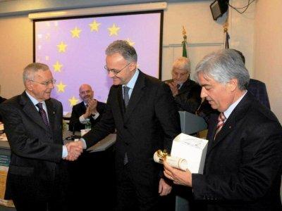 """<p align=""""center""""><br />Sezione """"Comunicare l'Europa""""</p><p align=""""center"""">Sen. Prof. Mario Mauro<br />Ministro della Difesa</p><p align=""""center"""">MOTIVAZIONE</p><p>Comunicare l'Unione Europea è stata una costante che ha accompagnato l'attività politica di Mario Mauro, prima quale membro, e Vicepresidente, del Parlamento europeo, poi come Ministro della Difesa e sostenitore di una politica di difesa europea.<br />Smentendo alcuni luoghi comuni sulla scarsa partecipazione dei parlamentari italiani ai lavori dell'Europarlamento, il Senatore Mauro, caratterizzato da grandi qualità umane e notevole attivismo, pur sempre improntato ad equilibrio e rispetto del prossimo, si è dimostrato, nei fatti, un vero professionista dell'informazione e della comunicazione, nell'avvicinare i cittadini all'Unione Europea e ai suoi più nobili ideali fondatori. <br />Quale membro del Parlamento Europeo, ha offerto il suo personale supporto di idee al premio Argil e, con lo stesso spirito di trasparenza e di sostegno alle attività di comunicazione istituzionale e di informazione come servizio per i cittadini, fornito da Franz-Herman Bruener all'OAFCN (la Rete dei Comunicatori Anti-Frode dell'OLAF), ha dato un fondamentale incoraggiamento, da Bruxelles, alla nascita dell'European Association of the Press Office & Institutional Communication (EAPO&IC), che proprio dall'OAFCN ha tratto la sua principale ispirazione, per consolidare, sul piano dell'associazionismo europeo, un nuovo rapporto, basato su trasparenza, legalità, rispetto dei diritti fondamentali, etica e deontologia.<br />Ha svolto la sua non sempre agevole - poiché il consenso è una componente da non sottovalutare - attività di europarlamentare, dando prova di notevoli capacità di comunicatore dello spirito e degli ideali europei, sostenendo peraltro sempre l'immagine e il prestigio del suo Paese, e soprattutto del suo ruolo di Stato Membro fondatore dell'Unione stessa.</p><p>Roma 13 dicembre 2013</p>"""