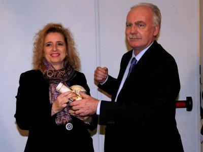 """<p align=""""center"""">Sezione """"Esteri""""<br />Dott.ssa Carlotta Gualco</p><p align=""""center"""">MOTIVAZIONE</p><p>Nel segno dell'Europa la carriera di Carlotta Gualco, vissuta per lavoro tra Bruxelles e Strasburgo. Da oltre vent'anni cura la rivista in Europa, che lei ha il merito di aver reso un forum privilegiato di discussione sui grandi temi del continente, coinvolgendo continuamente interlocutori di primo piano. In Europa è l'Europa che si interroga, che si confronta, dai temi interni delle istituzioni allo sguardo verso il resto del mondo e i suoi malesseri, come il fenomeno dei migranti. Una vetrina aperta sul futuro, con attenzione all'ambiente e all'urbanistica, come anche ai grandi temi della cooperazione nel bacino mediterraneo.</p><p>Roma 13 dicembre 2013</p>"""